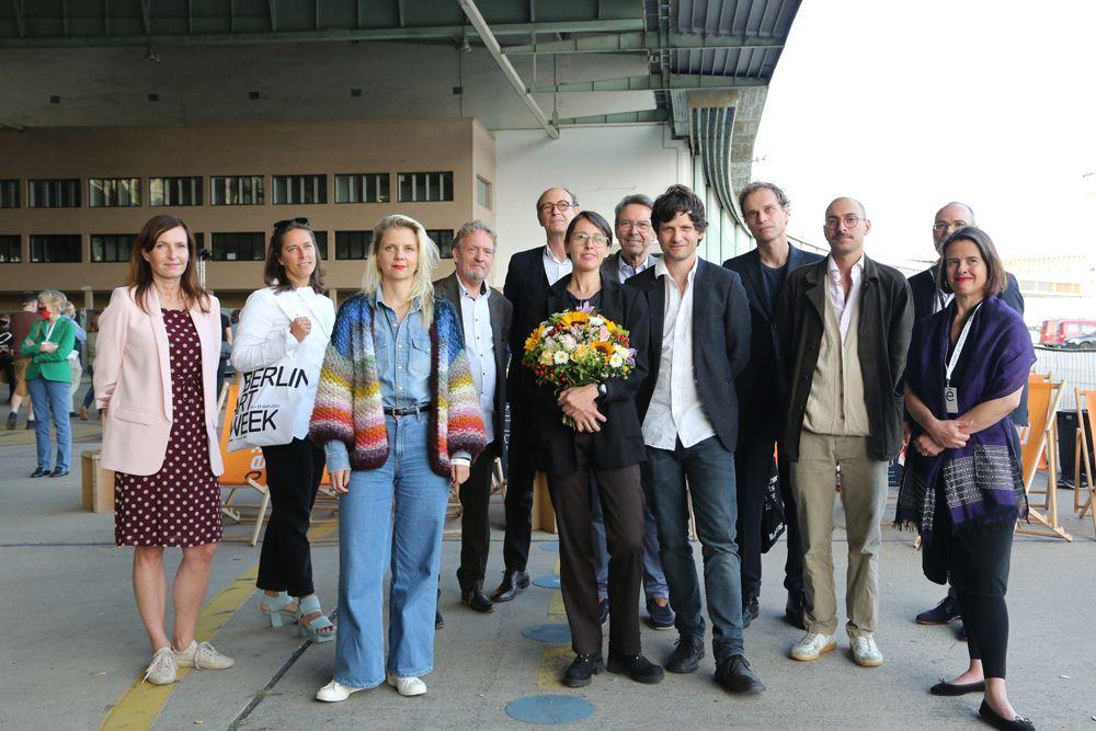 Eine Gruppe Personen steht im Hangar am Flughafen Tempelhof